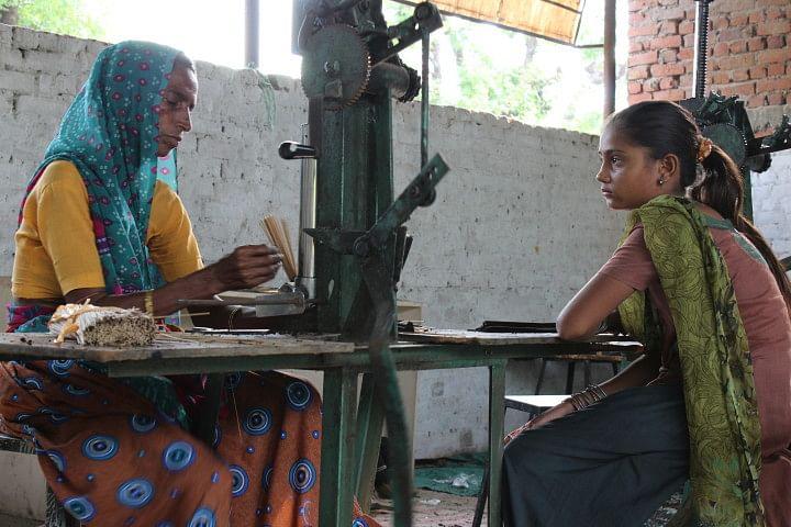 A labourer and her daughter at Paldi-Kankaj