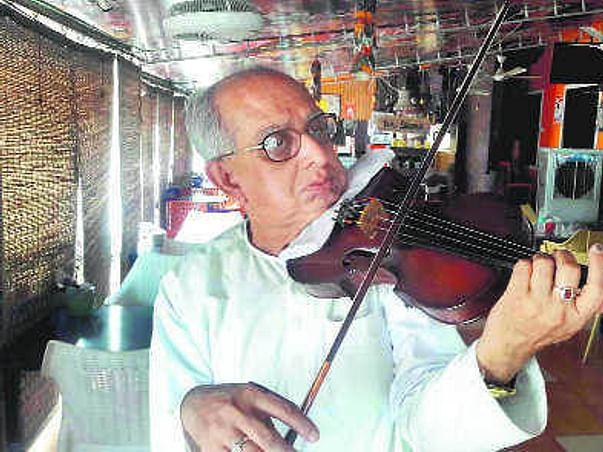 Swapan Sett:Kolkata violinist performs to raise money for ailing wife