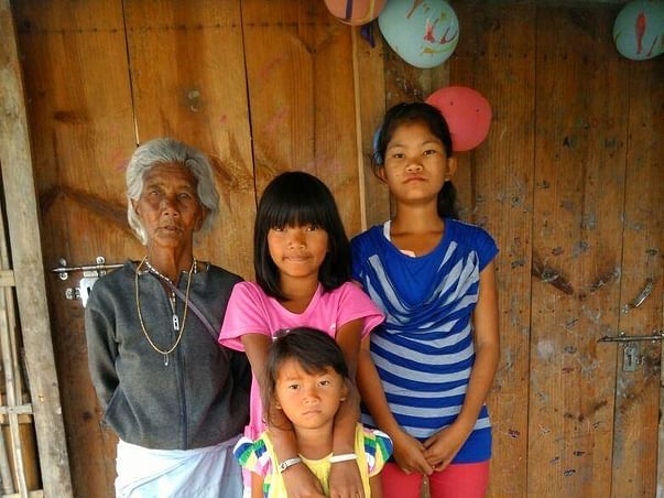 Help grandma Ibempishak who feeds 3 granddaughters by picking rags.