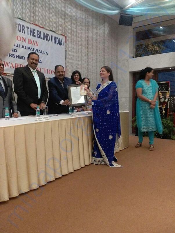 Nilam kursit kanga award by NAB to Minal