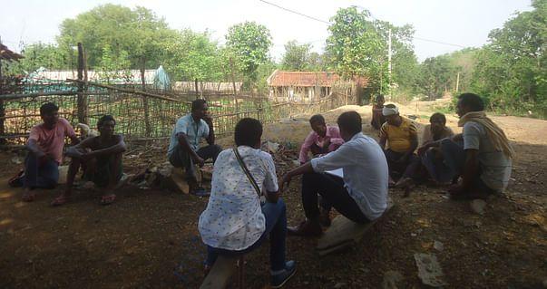 ग्रामीणें के साथ गांव में बैठकर परेशानी पूछते टीम के सदस्य