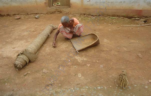 घरेलु कार्यों में व्यस्त एक आदिवासी महिला