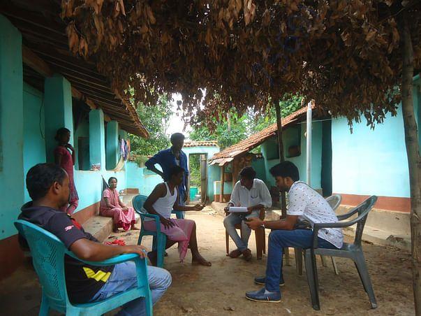 एक पंचायत के मुखिया से गांव का हाल जानते टीम के सदस्य