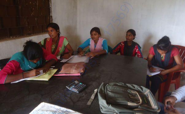 अभियान में साथ निभाती गांव की लड़कियां