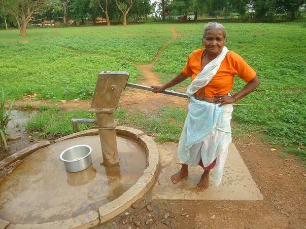 आयरन युक्त पानी पीने को  मजबूर हैं गांव के लोग