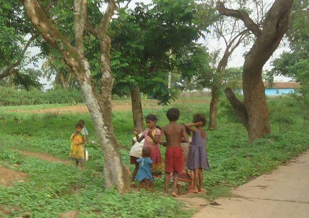 गांव में खेलते आदिवासी बच्चे