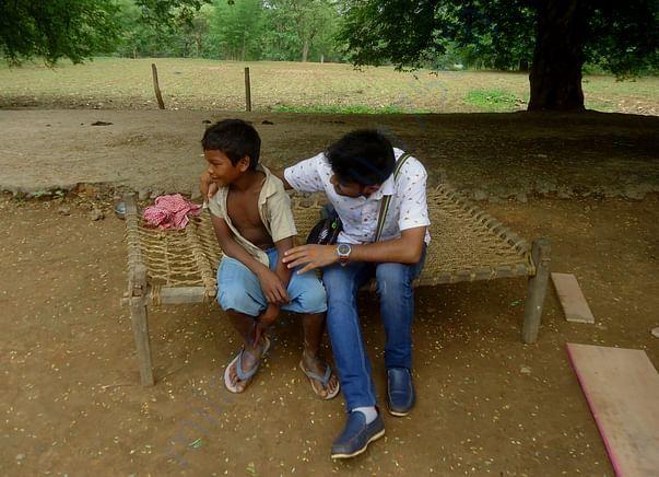 आदिवासी बच्चे से हाल जानते संजय
