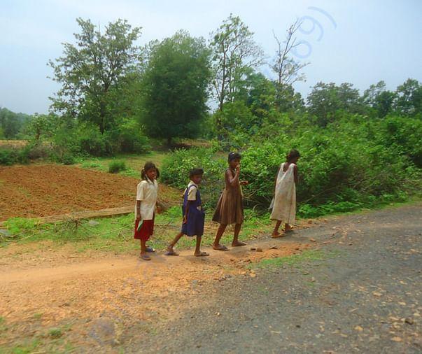 गांव में घूमते बच्चे