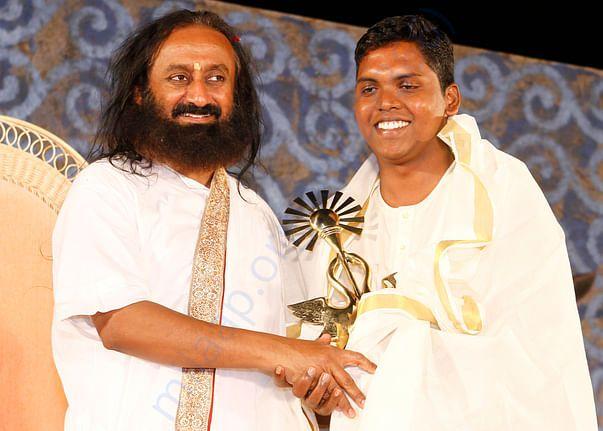 Murugan Receiving Award from Sri Sri Ravisangar