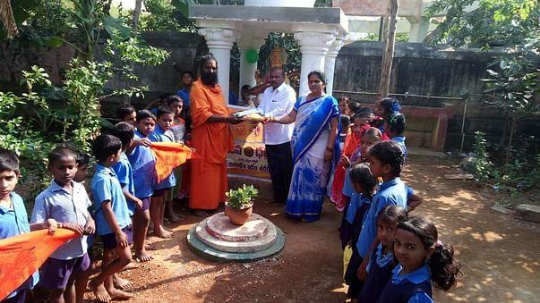 SWAMYJI WITH SCHOOL KIDS