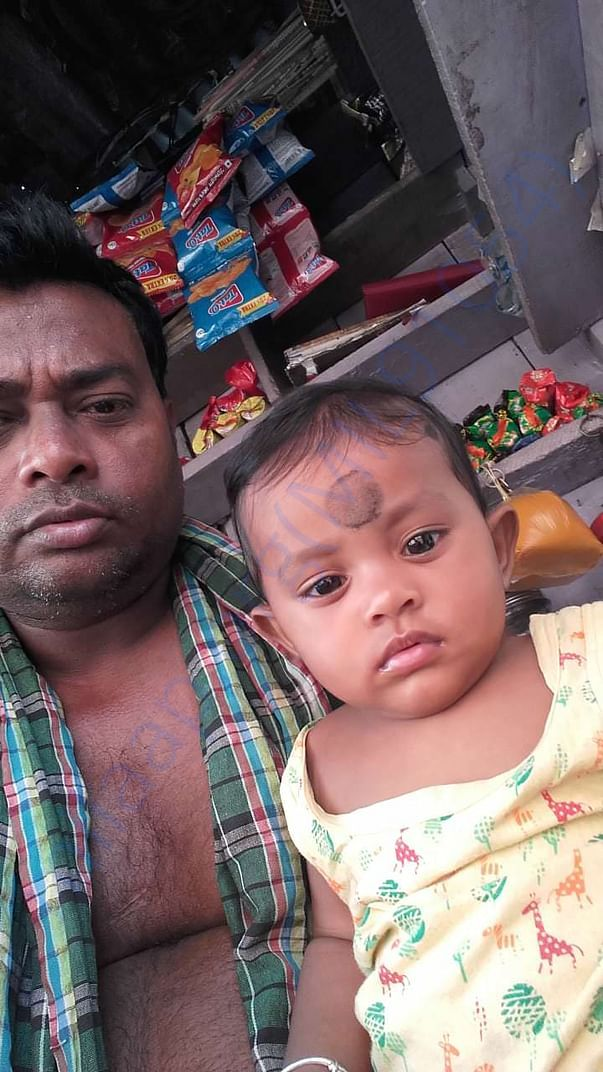 "Gogu and daughter in tea stall before ""phoni"""