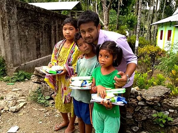 Zomato Delivery Guy Feeds Underprivileged Kids And Teaches Them Too