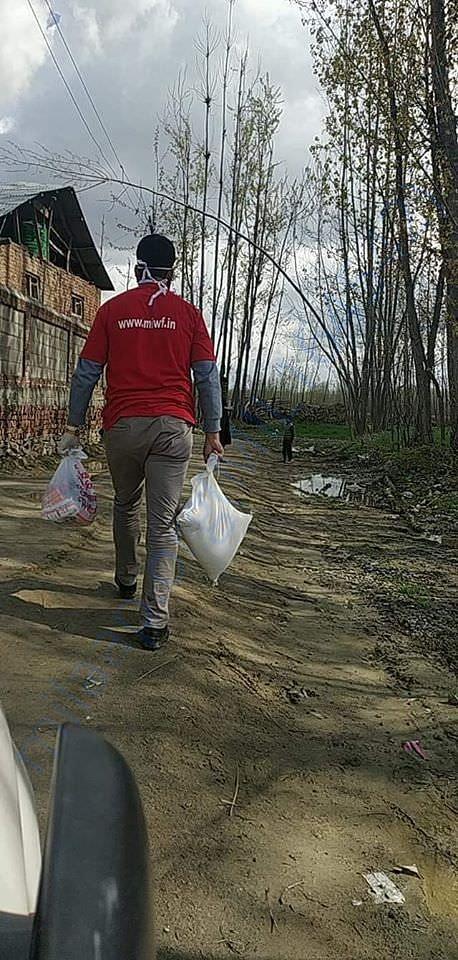 MIWF volunteers delivering Ration packets in Kashmir