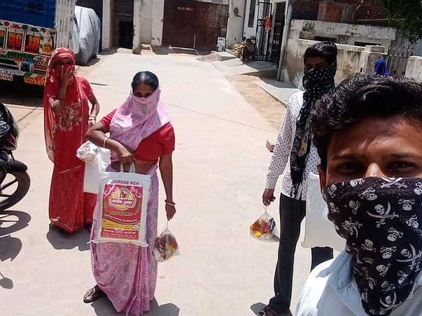 दैनिक मजदूरी कमाने वालों को भोजन वितरित करने में सहायता करें