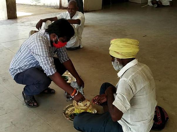 Matoshree Sevadham-Feeding food to Poor DailyWagers in lockdown