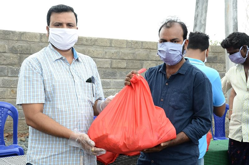 Dailywage earners getting groceries kits during lockdown in india from seruds