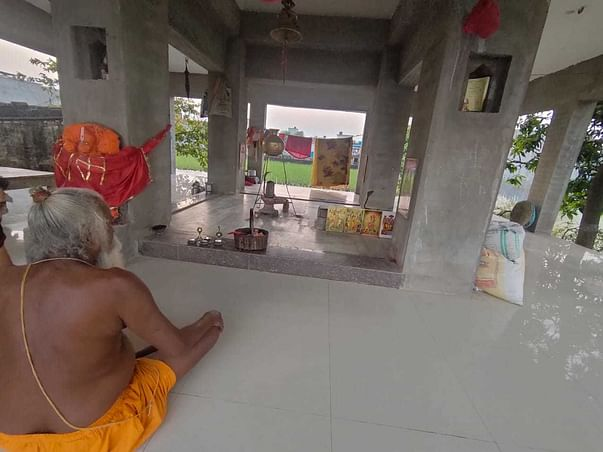 Help Old temple priest living alone in adverse conditions